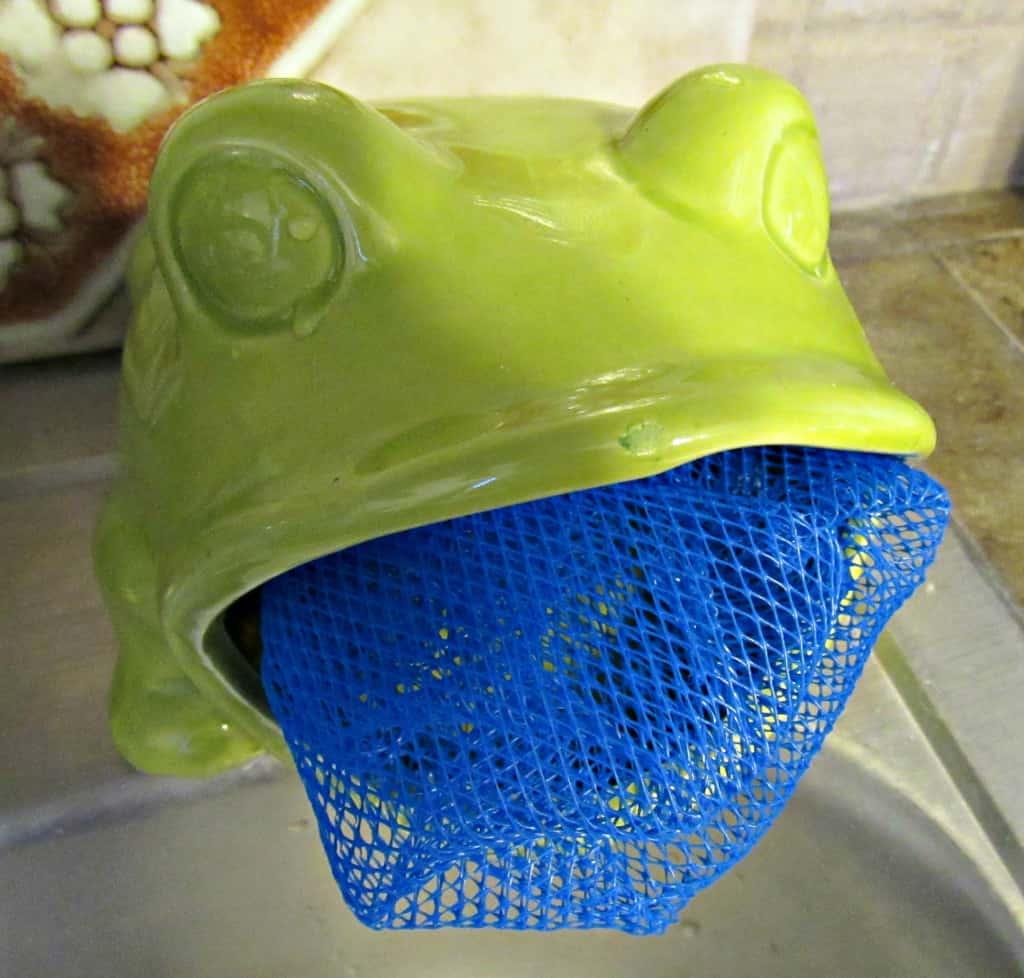 diy dish scrubber pad in frog shaped sponge holder